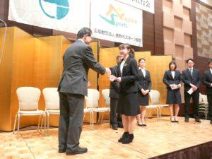 加藤会長から激励される山中里紗選手(フィギュアスケート競技)